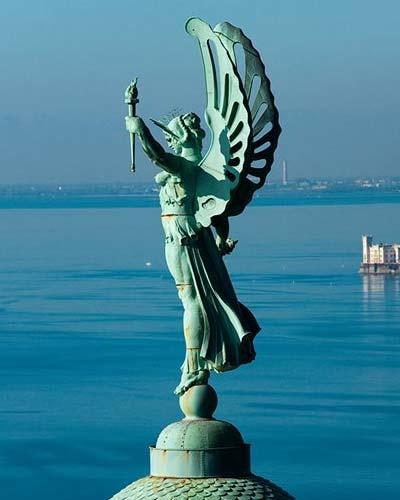 Statua della vittoria alata - faro trieste